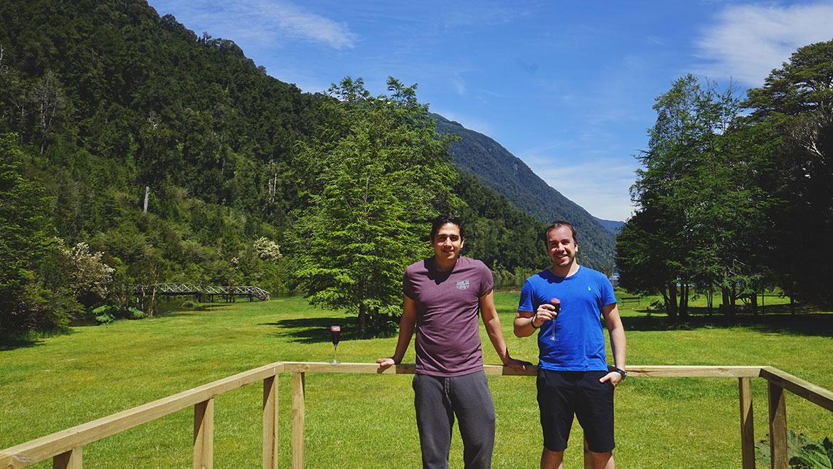 Clientes felices en el Pangue Lodge, tomandose un calafate sour con el fondo del lago risopatrón